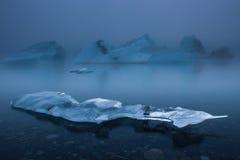 Icebergs en la niebla Fotos de archivo