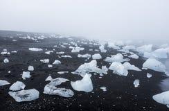 Icebergs en la playa volcánica negra, Islandia Fotos de archivo