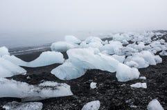 Icebergs en la playa volcánica negra, Islandia Fotografía de archivo libre de regalías