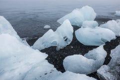 Icebergs en la playa volcánica negra, Islandia Imagen de archivo libre de regalías