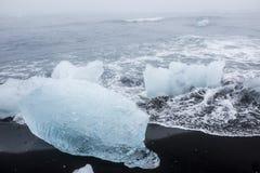 Icebergs en la playa volcánica negra, Islandia Foto de archivo