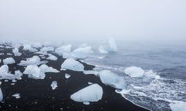 Icebergs en la playa volcánica negra, Islandia Imagenes de archivo