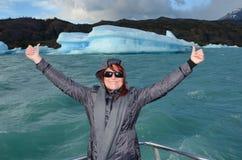 Icebergs en las aguas lechosas del lago Argentino fotos de archivo