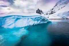 Icebergs enormes en la Antártida imagen de archivo