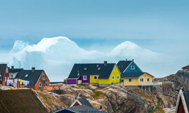 Icebergs enormes trenzados en las orillas de la ciudad de Iulissat, GR Fotos de archivo