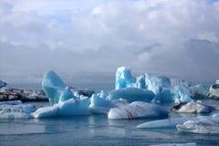 Icebergs et icefloat de Jokulsarlon sur la rivière Images libres de droits
