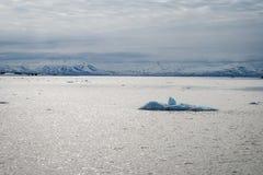 Icebergs flottant en mer arctique dans le Svalbard Photo stock