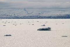 Icebergs flottant en mer arctique dans le Svalbard Photo libre de droits