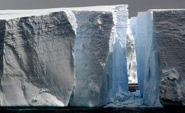 Icebergs grandes con el paso Fotografía de archivo