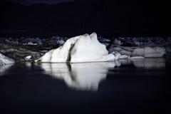 Icebergs la nuit Image stock