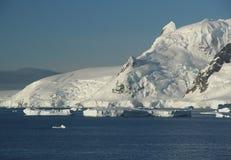 Icebergs, montagnes, espace libre bleu Photo libre de droits