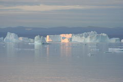 Icebergs outre du Groenland Photos stock