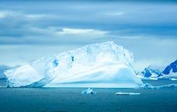 Icebergs que flotan en la bahía del paraíso, la Antártida Fotografía de archivo libre de regalías