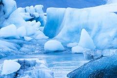 Icebergs que flotan en la laguna glacial de Jokulsarlon Foto de archivo