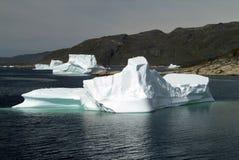 Icebergs que hacen cola para derretir en el fiordo de Hvalsey en la costa oeste de Groenlandia imagen de archivo