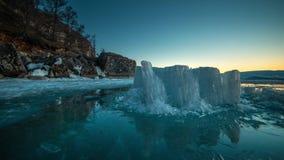 Icebergs que se encienden para arriba como cristales durante salida del sol en laguna del glaciar almacen de video