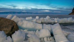 Icebergs que se encienden para arriba como cristales durante salida del sol en laguna del glaciar metrajes