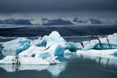 Icebergs sur la lagune de glacier de Jökulsárlón, Islande Photos stock