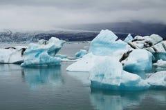 Icebergs sur la lagune de glacier de Jökulsárlón, Islande Photo stock