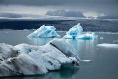 Icebergs sur la lagune de glacier de Jökulsárlón, Islande Image stock