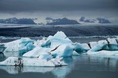 Icebergs sur la lagune de glacier de Jokulsarlon, Islande Photos stock