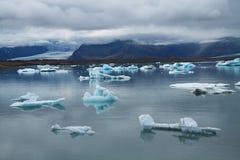 Icebergs sur la lagune de glacier de Jokulsarlon, Islande Image stock