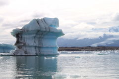 Icebergs sur un lac en Islande Photographie stock libre de droits