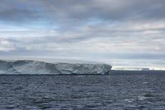 Icebergs tabulaires énormes flottant dans le détroit de Bransfield près de l'astuce du nord de la péninsule antarctique photographie stock libre de droits