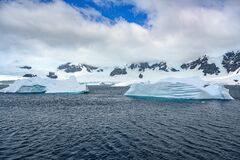 Free Icebergs With Beautiful Pattern In Front Of Snow-capped Mountains, Antarctica Royalty Free Stock Photography - 176064507