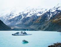 Icebergues de gelo no lago hooker, Nova Zelândia imagens de stock