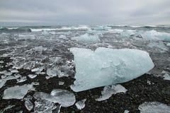 Iceblocks på strand Arkivfoton