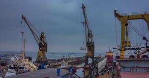 Icebreaker het schip gaat het drijvende dok voor reparatie bij scheepswerf in Het schip van de sleepbotenafstand voor recontructi stock videobeelden