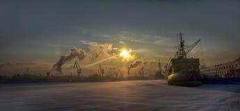 icebreaker op Neva River op een koude de winterdag Royalty-vrije Stock Foto