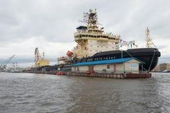 Icebreakers ` St Petersburg ` i ` Ivan Krusenstern ` na St Petersburg Icebreakers festiwalu na chmurnym Kwietnia dniu Obraz Royalty Free
