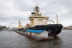 Icebreakers ` St Petersburg ` i ` Ivan Krusenstern ` przy ` bulwaru ` Angielskim molem Fourth Roczny Icebreaker festiwal w St Obrazy Stock