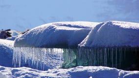 Icecles che appende sul iceblock in Jokulsarlon dentro in fiordi orientali in Islanda fotografia stock