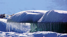 Icecles que pendura no iceblock em Jokulsarlon dentro em fiordes do leste em Islândia Fotografia de Stock