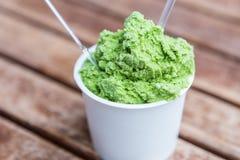 Icecream för grönt te i en vitbokkopp Royaltyfri Bild