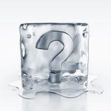 Icecube con il simbolo del punto interrogativo all'interno Fotografia Stock