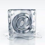 Icecube mit eMail-Symbol nach innen Stockfoto