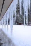 Icecycles de um telhado. foto de stock royalty free