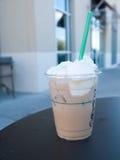 Iced kaffe med piskad kräm arkivfoto