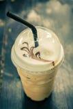 Iced a mélangé le frappucino dans la tasse en plastique Café glacé Photo stock