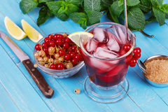 Iced tea with currants, mint and lemon Royalty Free Stock Photography