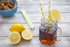 Iced tea with lemon slices and raspberry chip cookies on rustic Royalty Free Stock Photos