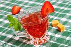 Iced tea med jordgubben Arkivfoton