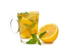 Iced tea med minten och citronen Arkivfoto