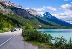 Icefieldbrede rijweg met mooi aangelegd landschap, watervogelsmeer Stock Afbeelding