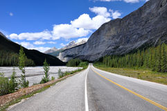 Icefields Parkway between Canadian Rocky Mountains Royalty Free Stock Photo