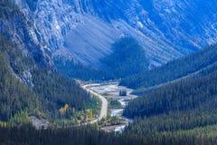 Icefieldsbrede rijweg met mooi aangelegd landschap Royalty-vrije Stock Foto's